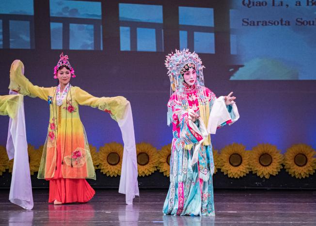 奧蘭多華協春晚節目之一京劇名家喬麗演出。(朱志凌提供)
