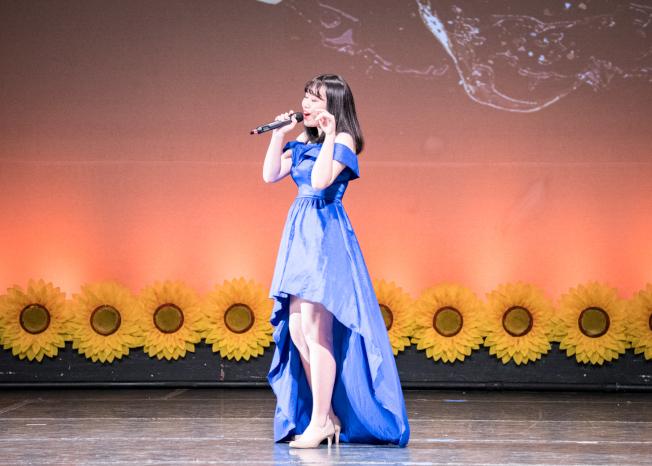 奧蘭多華協春晚節目之一,奧蘭多好聲音歌唱冠軍Angela Lo演唱一景。(朱志凌提供)