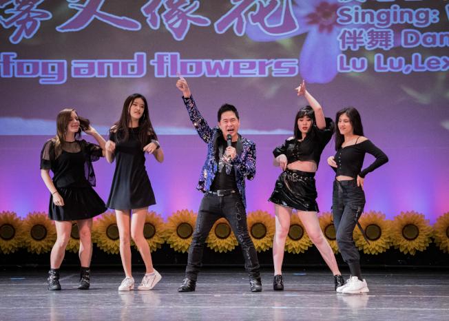 奧蘭多華協春晚節目之一劉文強演唱,美少女伴舞。(朱志凌提供)