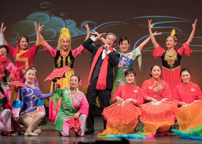 奧蘭多華協春晚節目之一周國輝演唱,舞團伴舞。(朱志凌提供)