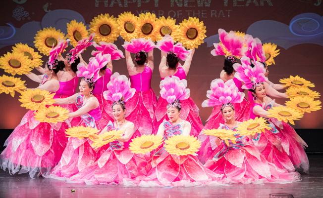 奧蘭多華人藝術團演出的舞蹈,服飾及舞蹈均美不勝收。(朱志凌提供)