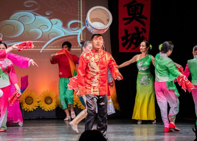 奧蘭多華協春晚節目之一京劇,魏久峰表演雜技頂缸。(朱志凌提供)
