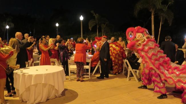 慶祝中國新年戶外自助餐活動時舞獅。(記者俞曉菁/攝影)