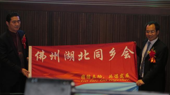 新舊任會長會旗移交,左為新任會長袁文祥,右為卸任會長黃靖宇。(記者俞曉菁╱攝影)