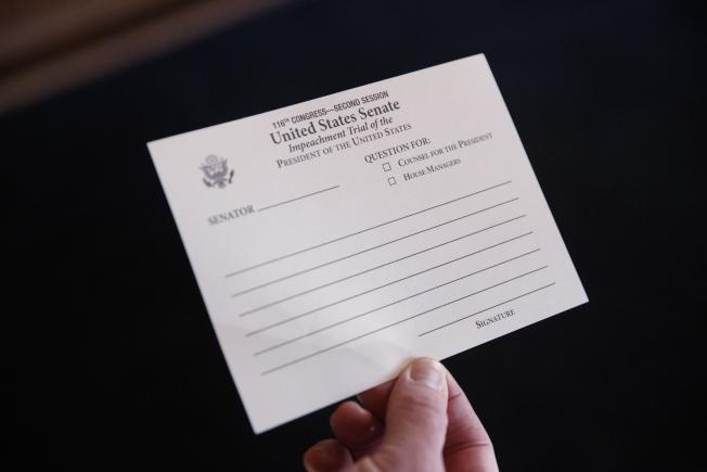 彈劾川普案進入實質審理階段,參議員用書面詢問控方與辯方,圖為彈劾案的詢問卡。(歐新社)