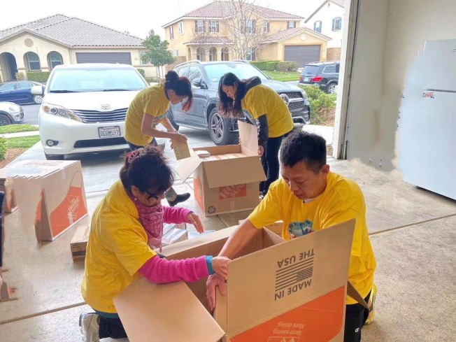 加州湖北同鄉總會的義工們連日來加班加點,將救援組織送往災區。(趙林提供)