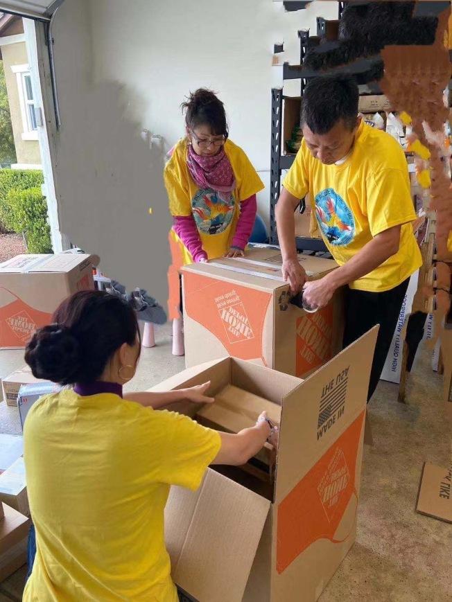 加州湖北同鄉總會的義工們連日來加班加點,將救援物資送往災區。(趙林提供)