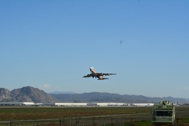 撤僑專機起飛離開基地。(記者啟鉻/攝影)