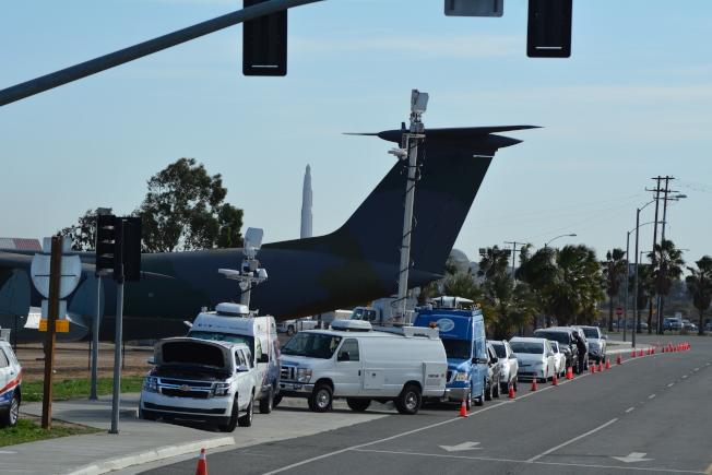 不少媒體守候在馬區空軍基地外採訪。(記者啟鉻/攝影)