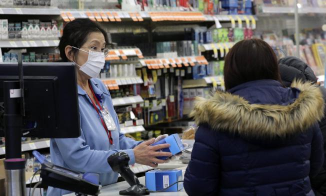 芝加哥一家藥房,民眾紛紛來買口罩。(美聯社)