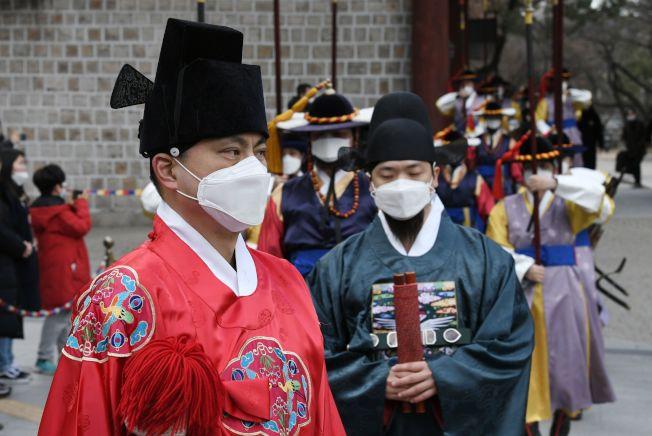 南韓首爾,守衛隊穿著南韓傳統服飾,也戴上了口罩。(Getty Images)