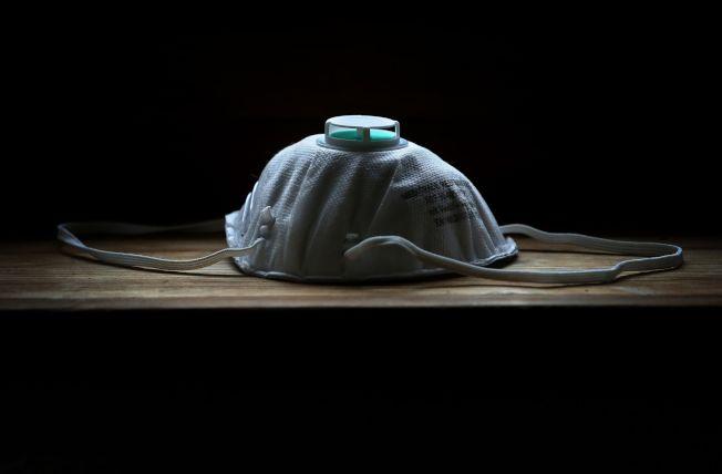 德國南部,桌子上擺著一個防護面罩。(Getty Images)