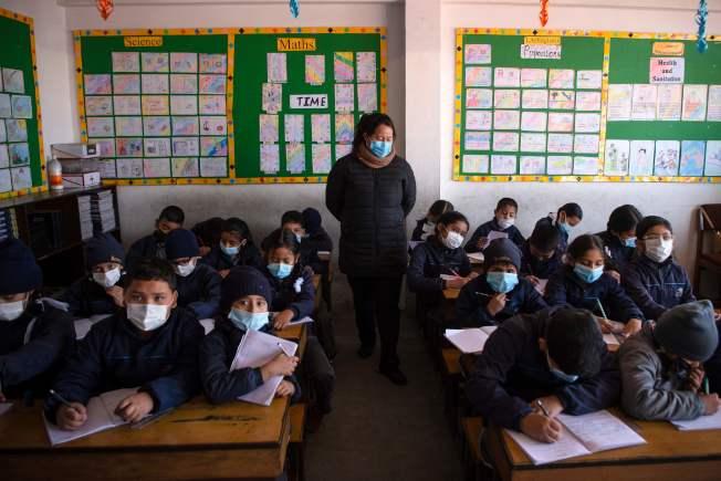 南韓首爾,在課堂上學習時,學生和教師都戴上了口罩。(Getty Images)