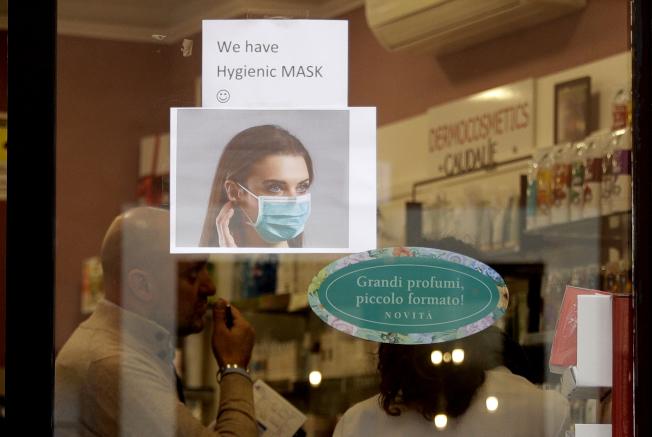 意大利一所藥房前張貼口罩廣告。截至30日,歐洲多國已有確診新型冠狀病毒病例,而意大利目前尚無。(美聯社)
