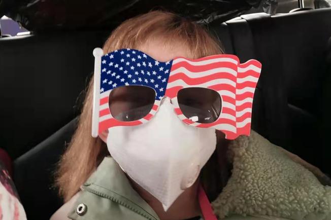 8歲小女孩Hermoine Dickey28日乘車前往武漢天河國際機場,準備乘撤僑專機返回美國。(美聯社)