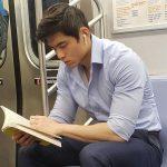 型男看書中…這帳號專在紐約地鐵偷拍 超過百萬人追蹤