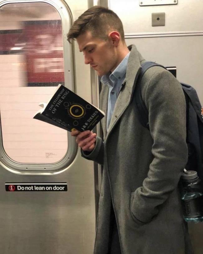 在讀《魔戒》的帥哥。(取自instagram)