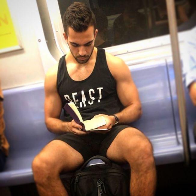 T恤與外型皆「狂野」的型男。(取自instagram)