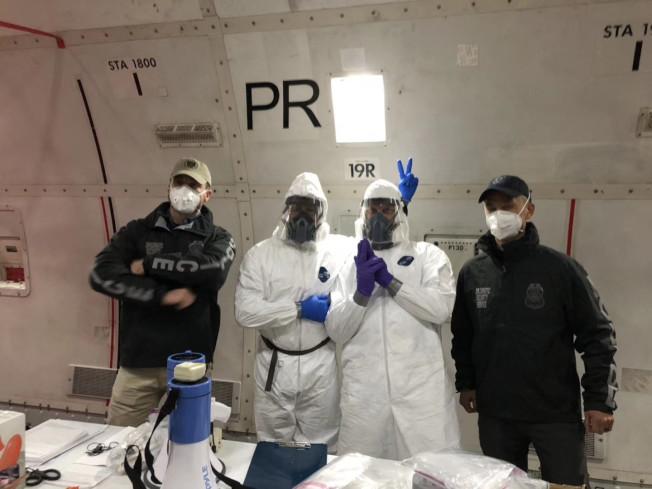 撤僑包機僅有的兩名身穿防護服的服務人員。(受訪者提供)