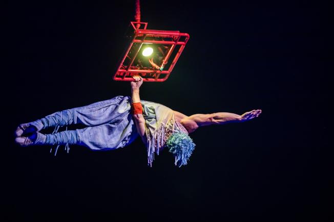 演員在空中全靠一隻手支撐。(官方圖片)