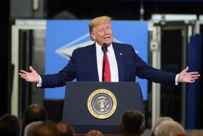 川普總統在參院彈劾審理即將針對是否傳喚新證人投票前夕,前往中部密西根州一座工廠造勢,宣揚前日簽署的美加墨貿易協定。(美聯社)