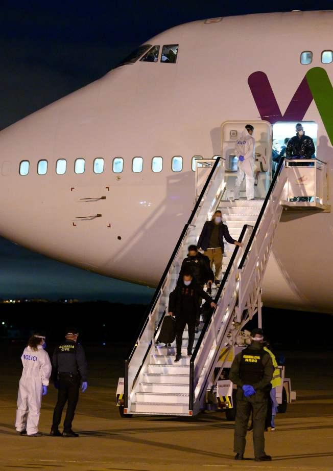 西班牙由中國武漢接回被困的僑民,回到西班牙的軍用基地。(Getty Images)