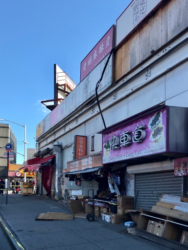 法拉盛市中心一個木製招牌16日上午掉落,砸死一名華裔婦女。(記者朱蕾/攝影)