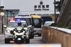 1980年代在香港犯下搶劫和槍擊警員等嚴重罪行的重犯季炳雄18日早上出獄,多輛警車押解他直赴機場。(中央社)