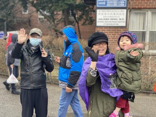 法拉盛2020年農曆新年遊行吸引民眾駐足,受到武漢肺炎疫情的影響,一些民眾戴上口罩觀看遊行。