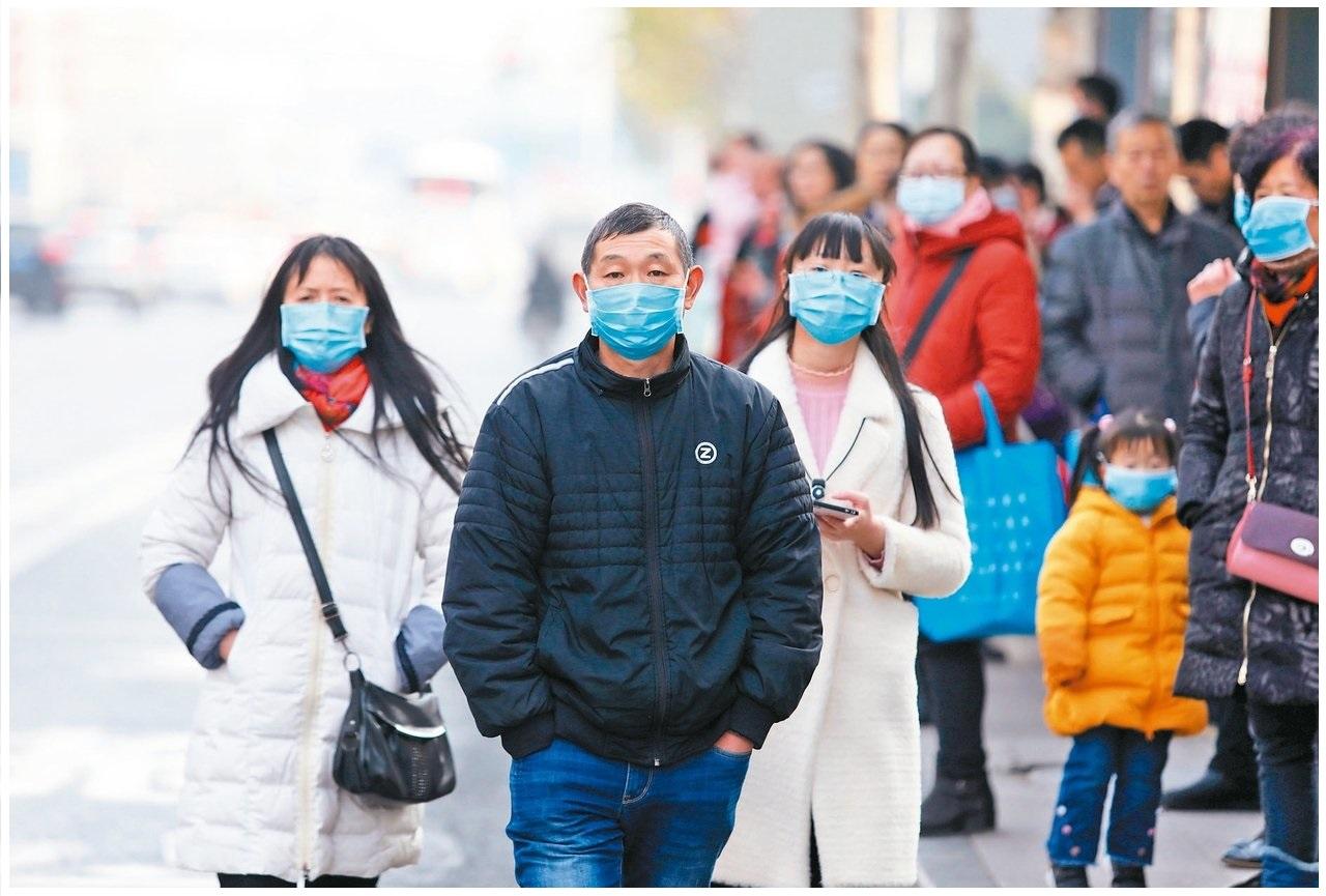 3武漢肺炎新增病例爆增,武漢市民們紛紛戴口罩防護。 歐新社