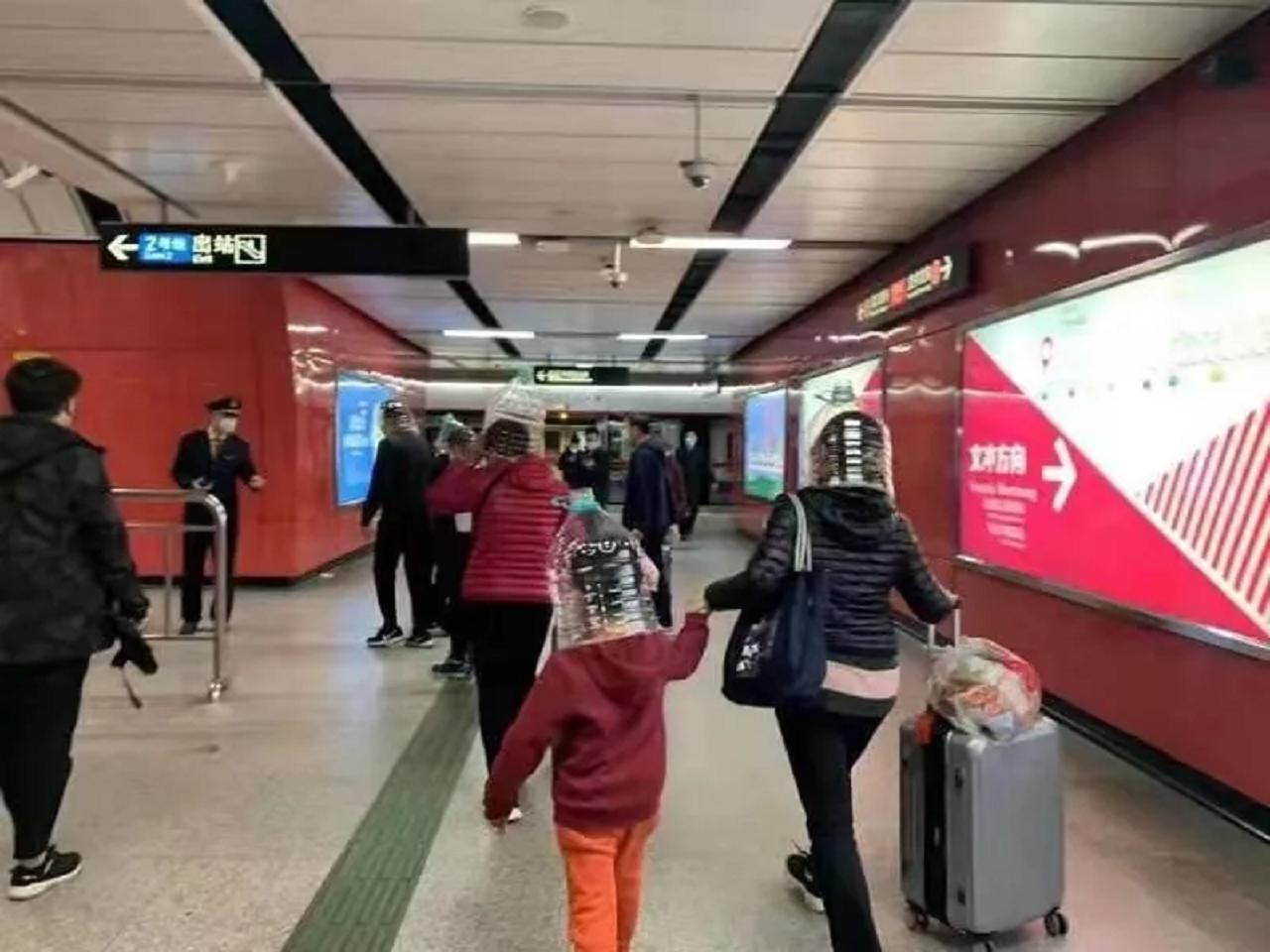 5人戴著塑膠水桶製成的自製面罩搭乘地鐵,並經廣州地鐵證實確有此事。取自微信公眾平台/信息日報