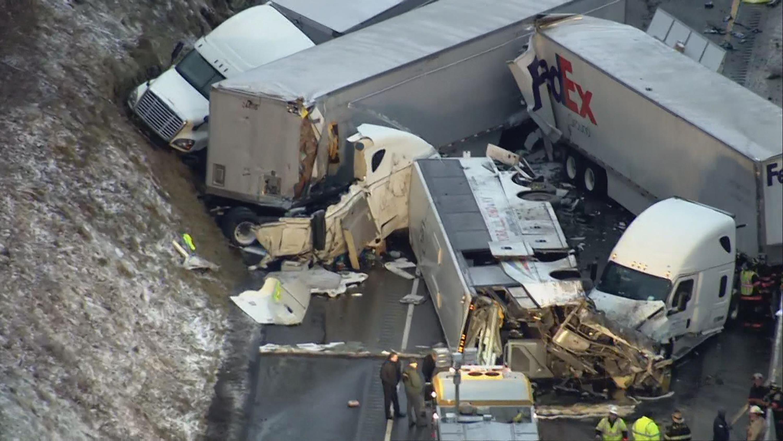 賓州收費高速公路5日凌晨發生一起重大車禍,其中一輛是華人包車旅遊巴士。(美聯社)