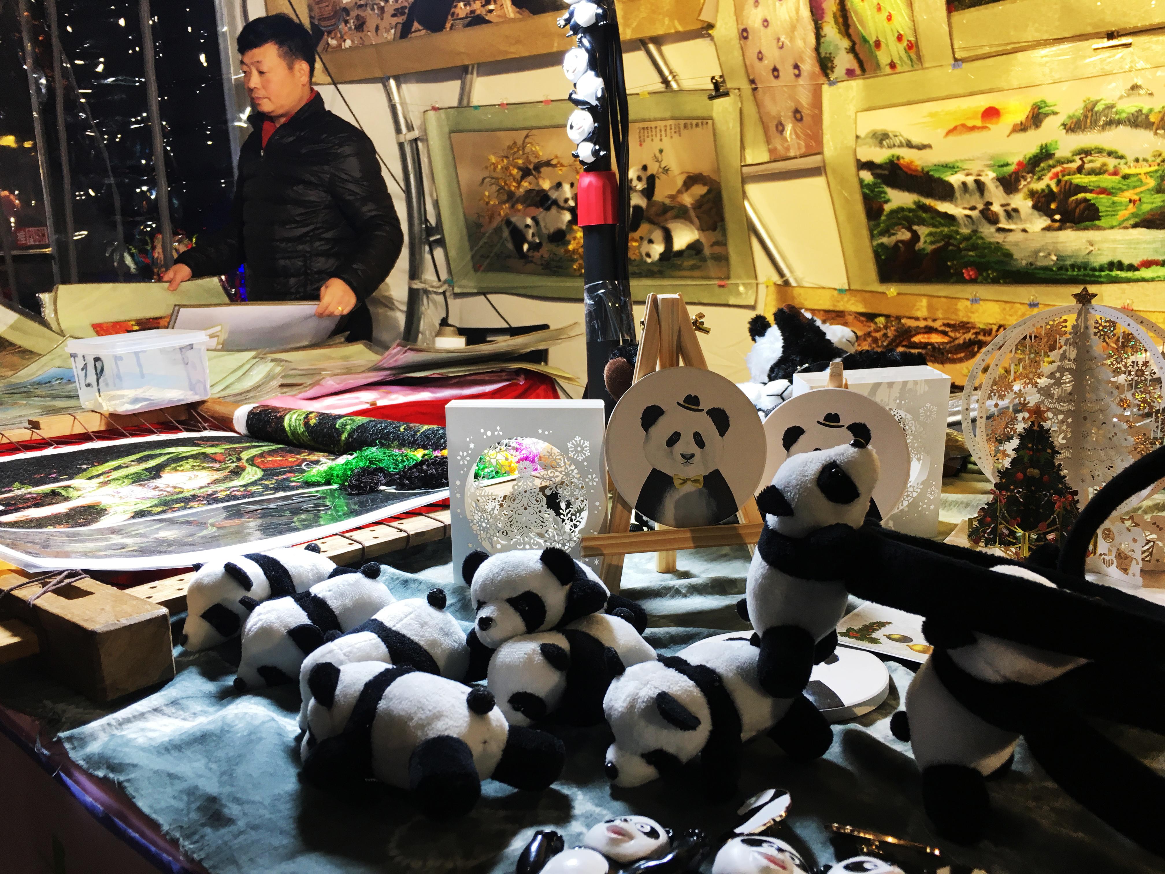 園區提供多款文創商品,可愛的熊貓娃娃讓小朋友愛不釋手。陳婉菱/攝影