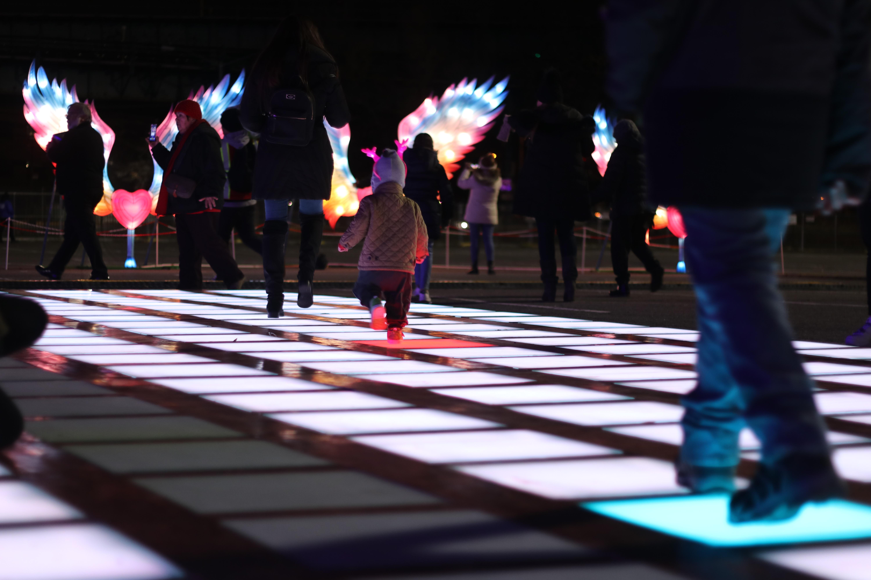 互動性極高的「跳舞地板」,讓遊客們都非常喜歡。何卓賢/攝影