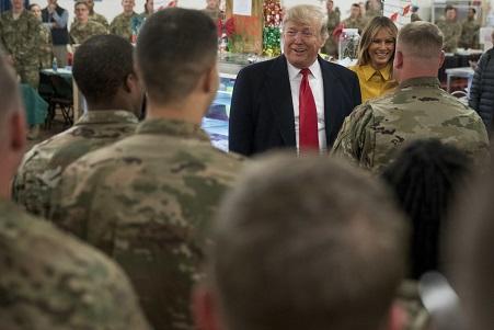 圖為川普總統及第一夫人到訪阿薩德空軍基地資料照片。(美聯社)
