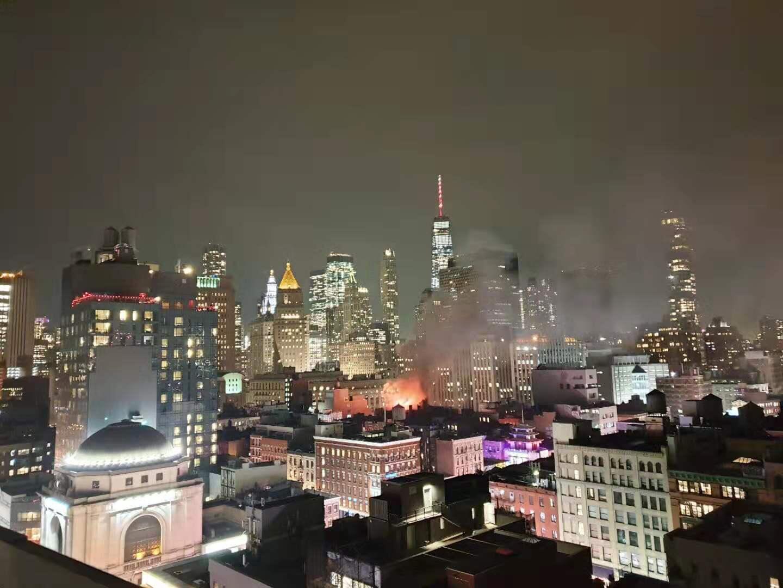 曼哈頓華埠茂比利街大樓23日晚間9時許突發大火,從遠處眺望,可見烈焰沖天。(讀者提供)