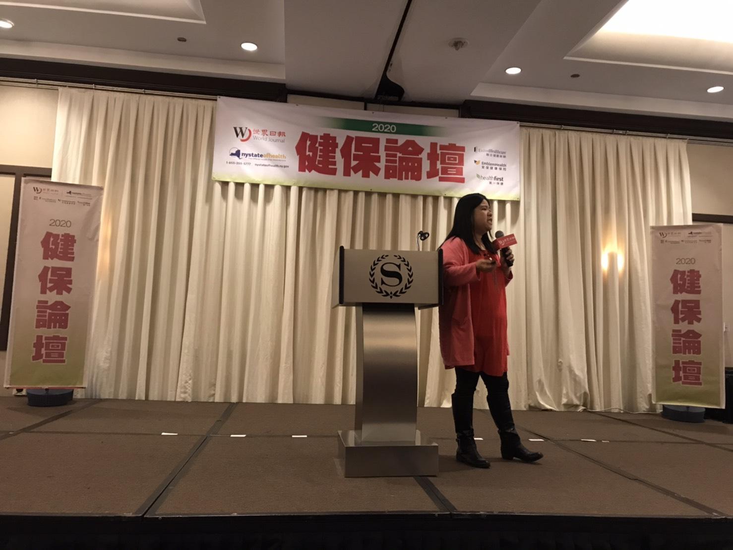 紐約市長移民辦公室專員李麗(Lydia Li)講解公共負擔。(記者何卓賢/攝影)