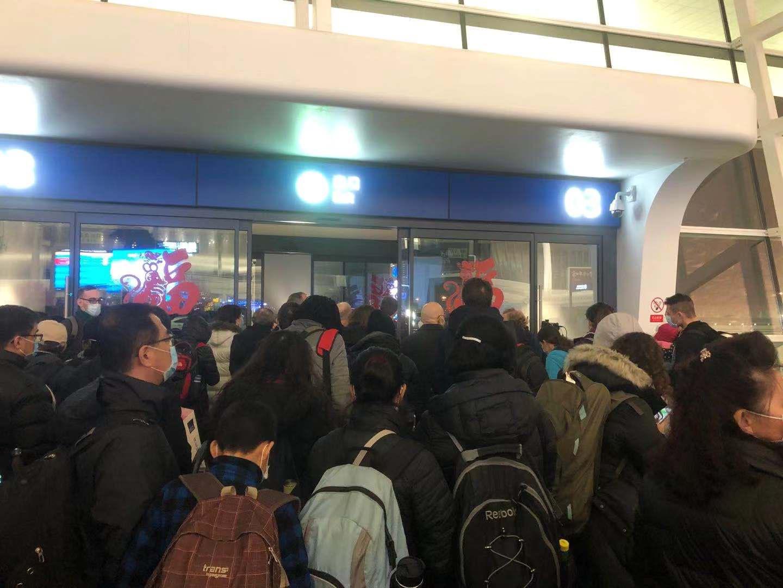 搭上首班撤僑班機的旅客,在天河機場排隊等候。(讀者提供)