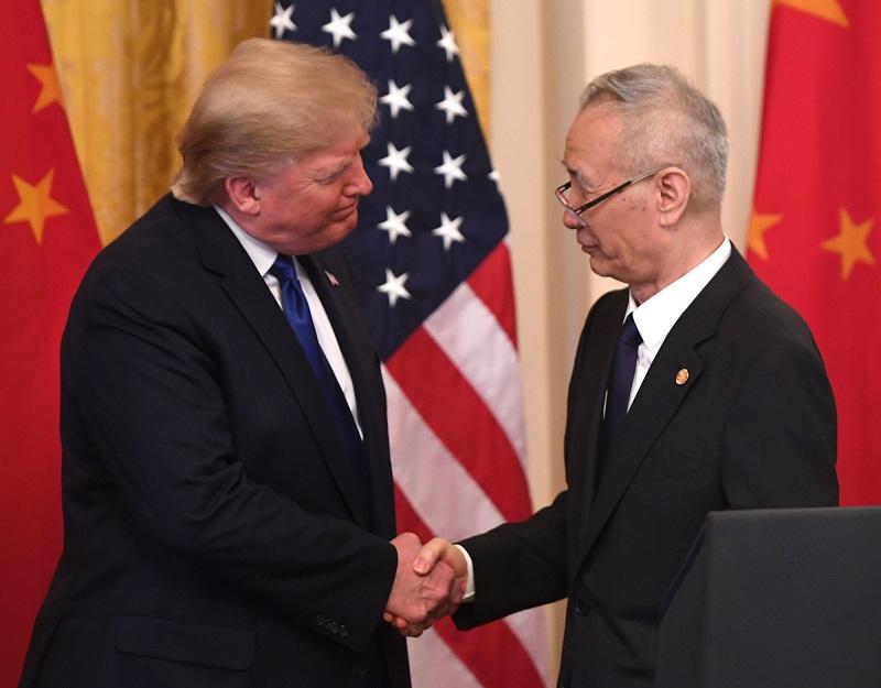 美中15日簽訂第一階段貿易協議,美國總統川普(左)與中國國務院副總理劉鶴握手。