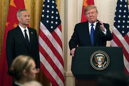 美中15日簽訂第一階段貿易協議,圖為美國總統川普(右)與中國國務院副總理劉鶴。(Getty Images)
