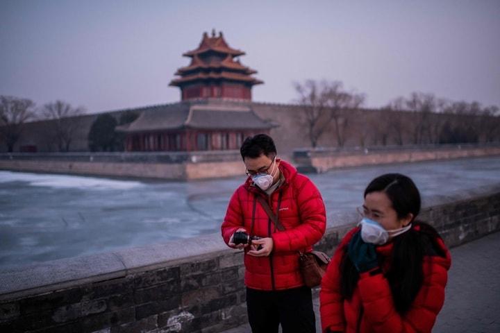 25日大年初一,在北京,民眾戴著口罩出行。(Getty Images)