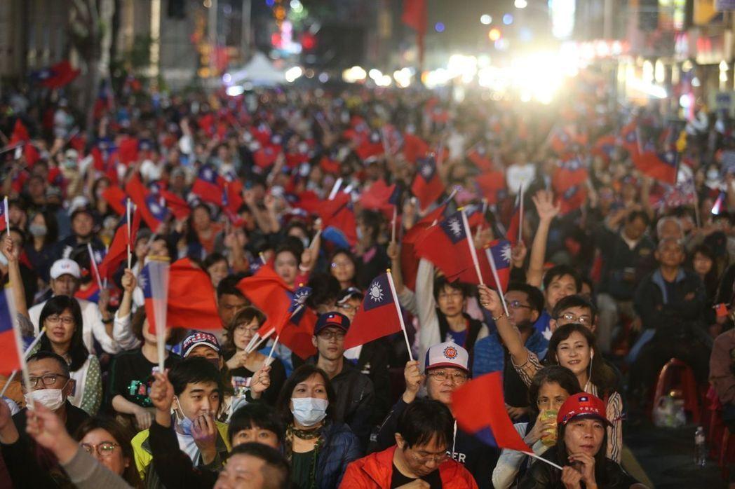 韓國瑜與蔡英文票數拉鋸中,上萬支持者擠滿韓國瑜競選總部焦急等待。記者劉學聖/攝影