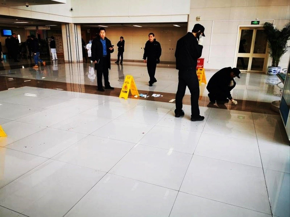 血跡斑斑的目擊照片與事件經過,也迅速瘋傳網路,成為震撼全中國的又一起「醫鬧」爭議。 圖/WeChat