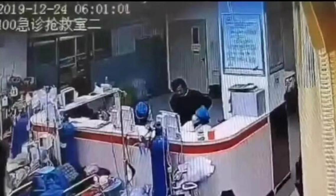 同在北京朝陽區的「北京民航總醫院」才剛發生過殺醫慘案。——2019年12月24日早上6時左右,一名男子孫文斌,持刀闖進民航總醫院,將當值急症室醫生楊文刺死。圖為當時的醫院監視器畫面。 圖/報系資料圖庫