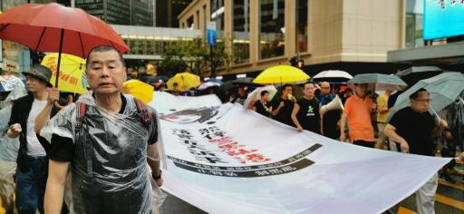 香港支聯會主席何俊仁(右)以及香港壹傳媒創辦人黎智英(左)去年8月18日出席民陣的反送中集會遊行。(中央社資料照片)
