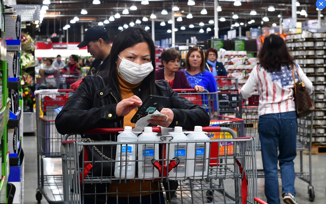 CDC擔心,美國會發生新冠肺炎社區傳染,圖為顧客戴著口罩在加州一家好市多購物。(Getty Images)