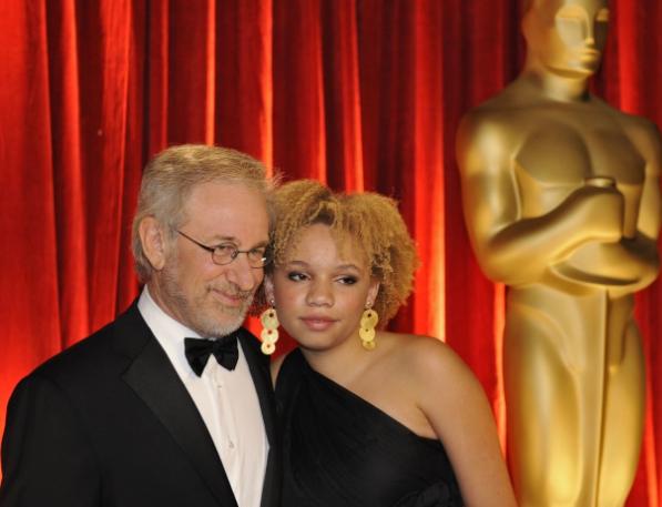 養女(右)要拍成人電影,史蒂芬史匹柏覺得相當尷尬。(美聯社)