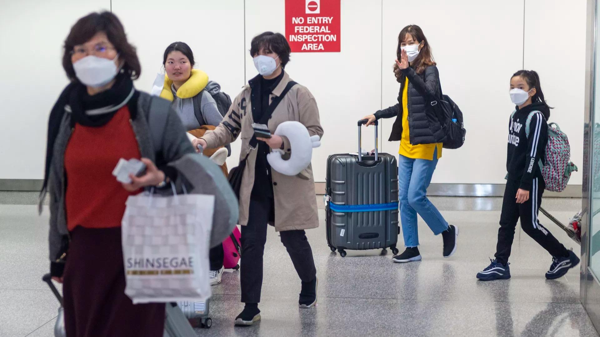 圖為各國旅客從舊金山機場入境情況。(Getty Images)