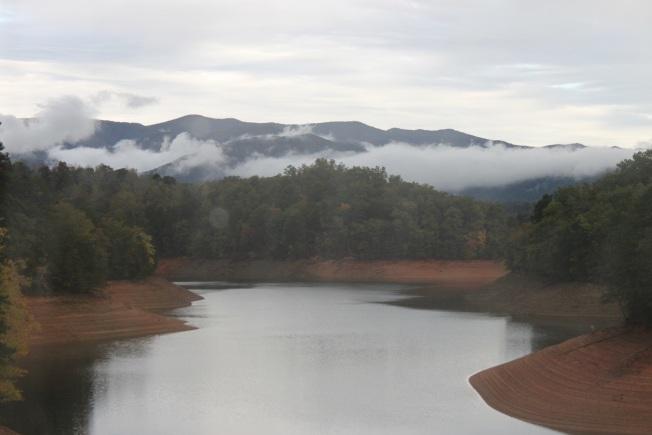 車過豐塔納湖,大煙山上尚有雲霧徘徊。