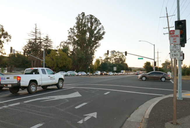 黃燈秒數不足,左轉車輛特別容易因此構成闖紅燈違規。 (Getty Images)